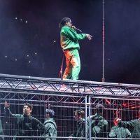 A$AP Rocky si esibisce sopra una gabbia in Svezia