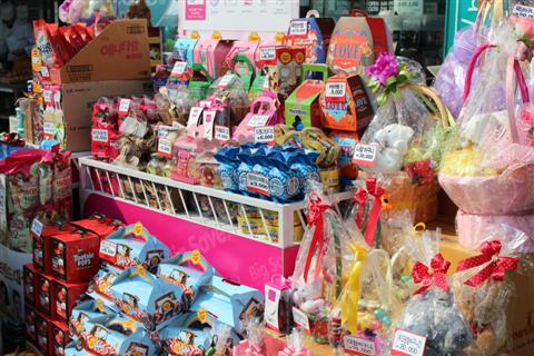 Candies, chocolates, flowers and teddy bears for White Day