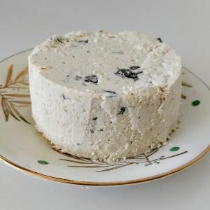 een vegan kruidenkaasje (zoals Boursin) op een Boch bordje Palme