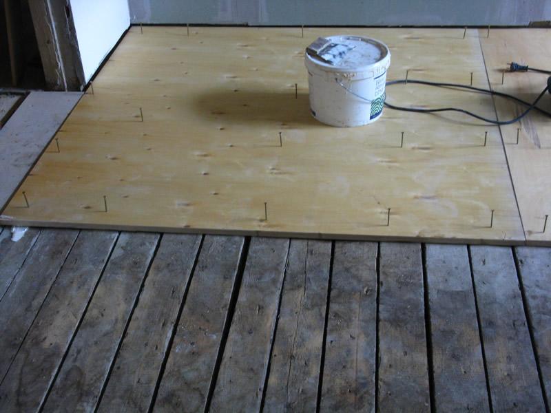 Βάζουμε το μοριοσανίδα στο ξύλινο πάτωμα κάτω από το laminate