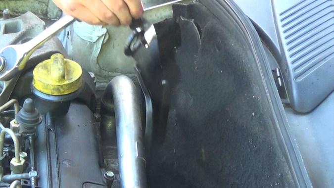 Déposer la patte de levage du moteur (2 vis)