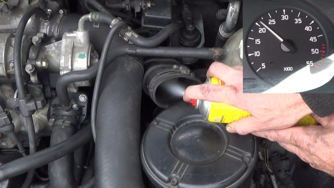 Le régime moteur augmente à chaque pulvérisation