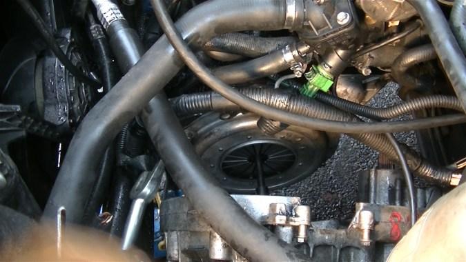 Bloquer le moteur avec la lame d'un gros tournevis ou le plat d'un extracteur de rotules fourche