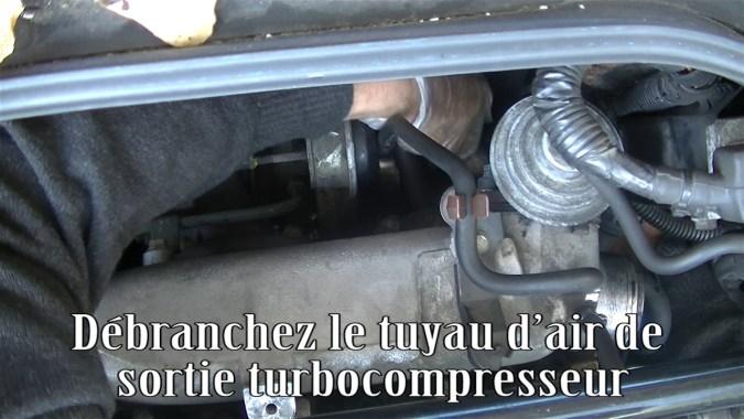 Débrancher le tuyau d'air de sortie turbocompresseur
