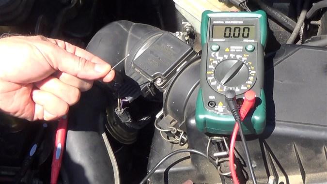 Si les pointes des cordons du multimètre rentrent difficilement dans le connecteur, introduire un clou fin ou un trombone dans le connecteur
