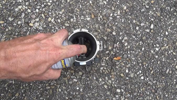 pulvérisez du nettoyant freins sur les 2 filaments du débitmètre