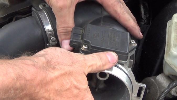 Respecter le sens de montage indiqué par la flèche tracée sur le débitmètre (la flèche indique le sens de circulation de l'air)