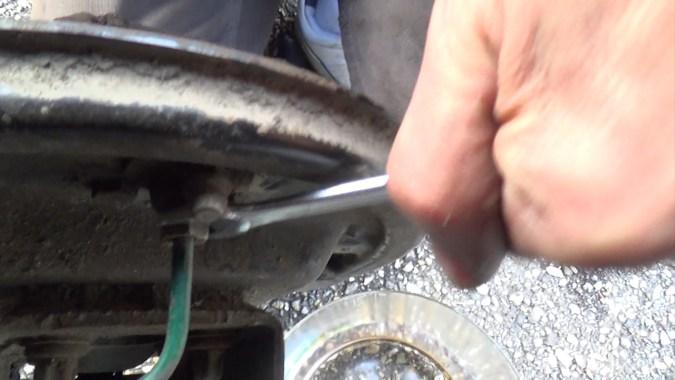 Dévisser le raccord de la canalisation de frein