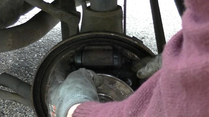 Vérifier que le cylindre de roue ne fuit pas et que les pistons ne sont pas grippés