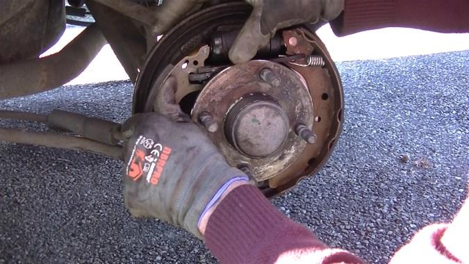 Positionner les becs des mâchoires sur le cylindre de roue