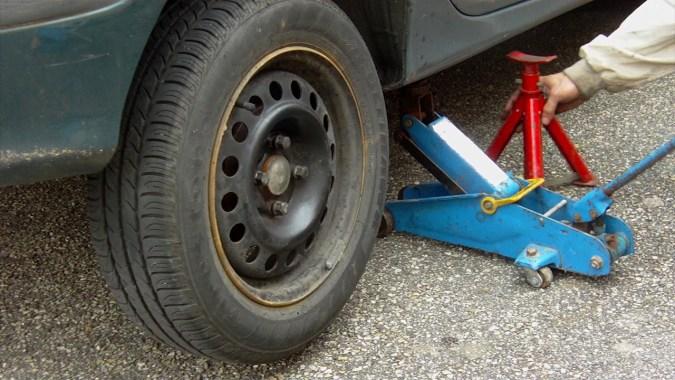 Lever la roue arrière droite et placer une chandelle