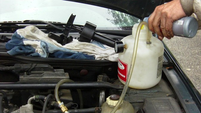 Verser 1 bouteille de 500 ml de liquide de frein neuf