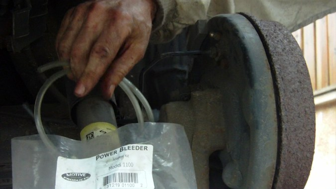 Connecter le tuyau fourni avec le Power Bleeder à la vis de purge