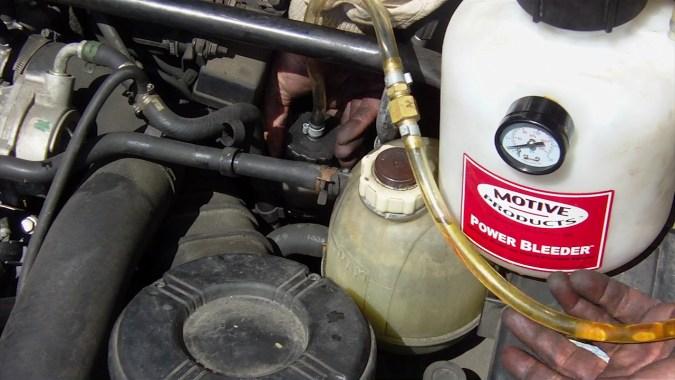 Dévisser le bouchon du réservoir du liquide de frein