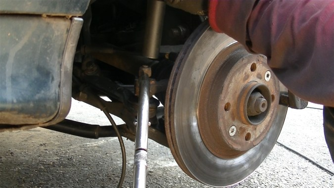 Bloquer la rotule avec une pince étau à cran à grande ouverture si la rotule tourne dans le vide.