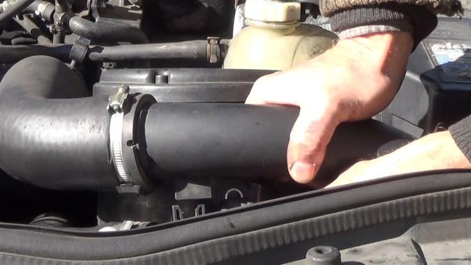 Reposer le tuyau d'air de sortie échangeur