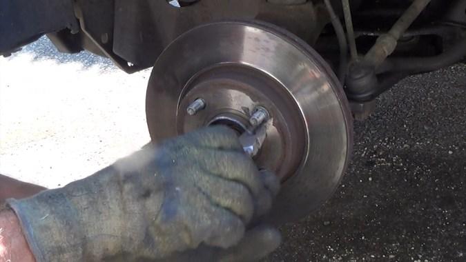 Déposer les rondelles de maintien du disque de frein