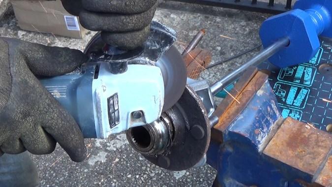 Faites une encoche avec une disqueuse ou un burin sur la bague intérieure du roulement