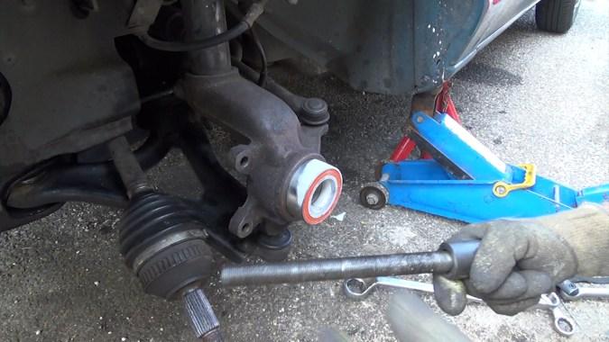Utiliser le kit de démontage/remontage des roulements pour enfoncer le roulement dans le porte-moyeu