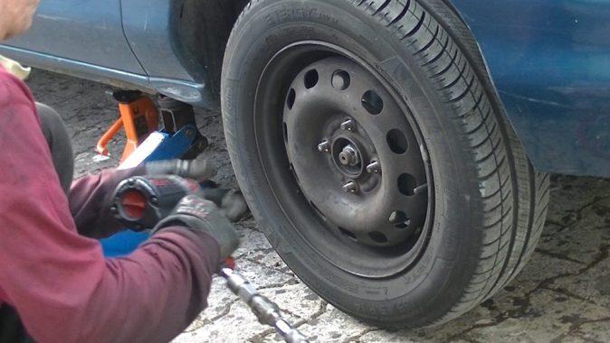 Faites reposer le véhicule sur une chandelle