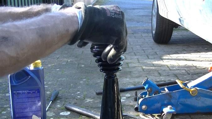 Faites glisser le soufflet sur le cône en le présentant par le petit côté