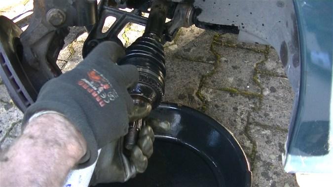 Nettoyer les dents de l'anneau ABS avec du nettoyant freins