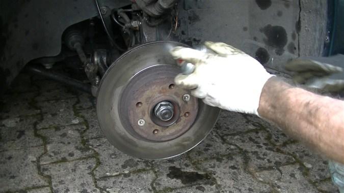 Dégraisser le disque de frein avec du nettoyant freins