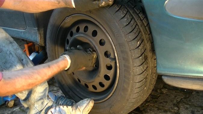 Reposer la roue et abaissez le véhicule au sol