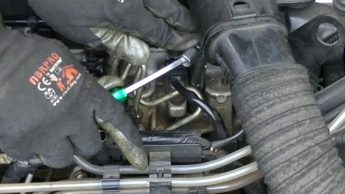 La bougie de droite est serrée avec la clé à tube