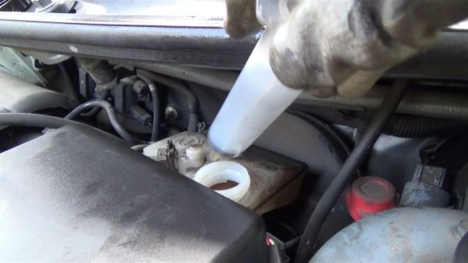 Aspirer le liquide usagé contenu dans le réservoir du maître cylindre