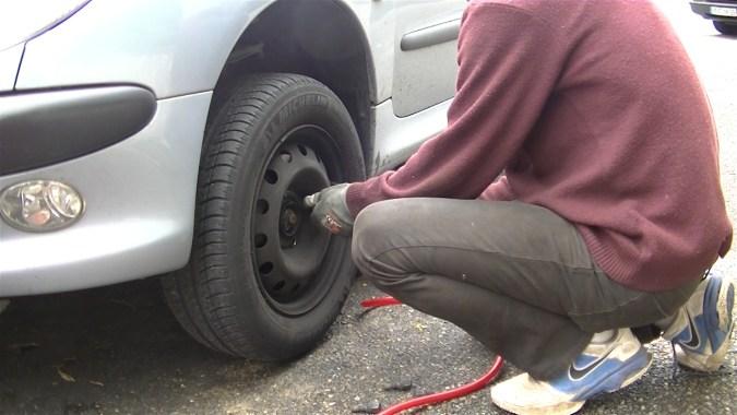Déposer la roue et faites reposer le véhicule sur une chandelle