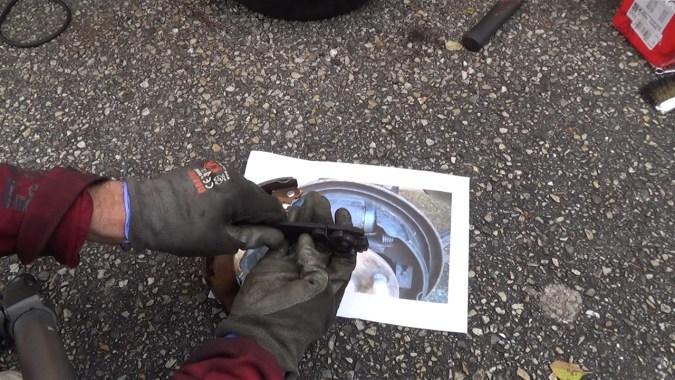 Accrocher le petit ressort sur le segment secondaire puis sur le dispositif de rattrapage automatique d'usure.