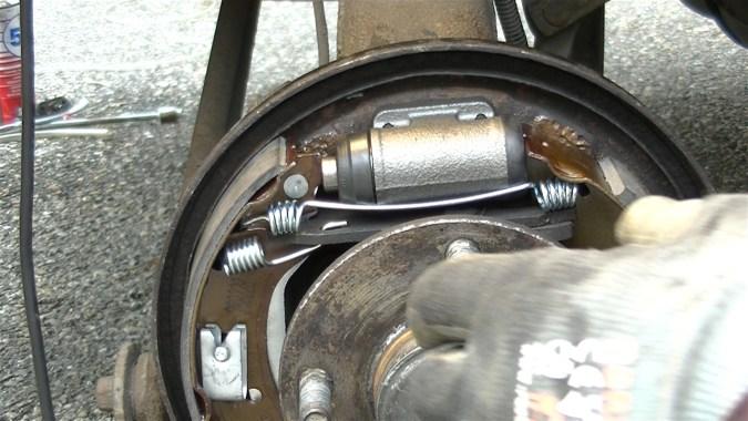 Positionner les becs supérieurs des segments sur le cylindre de roue