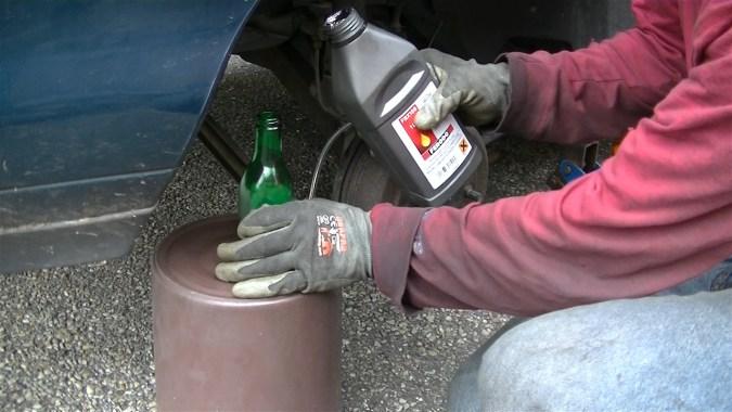 Verser 2 à 3 centimètres de liquide de frein dans la bouteille
