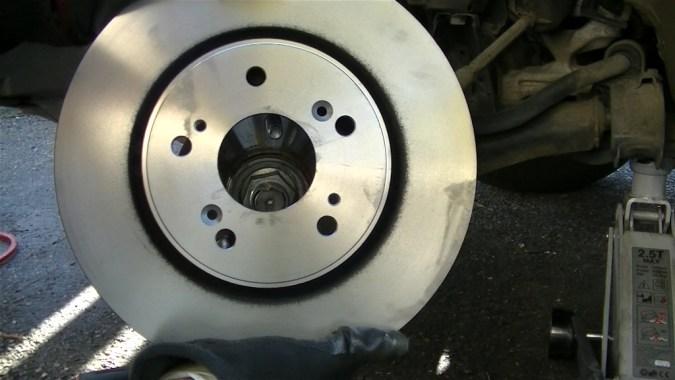 Reposer le disque de frein neuf