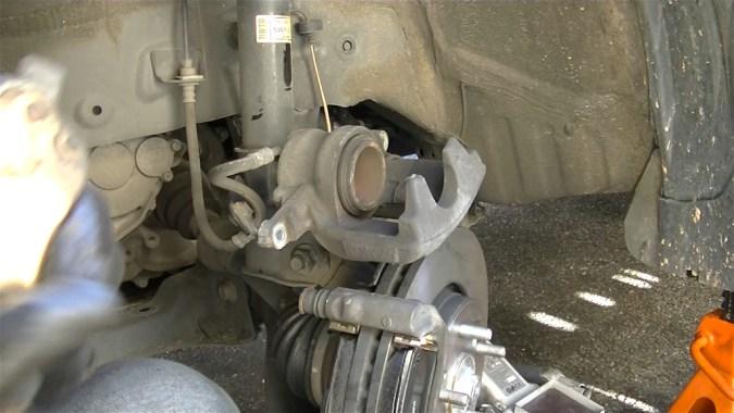Repousser le piston avec un repousse piston universel ou avec une ancienne plaquette et un serre joint