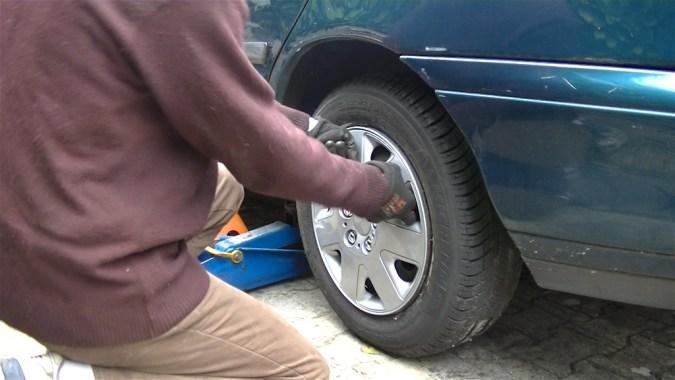 Lever le véhicule et déposer la roue