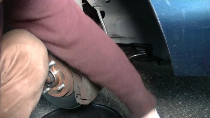 Purger les 3 autres roues en suivant l'ordre de purge indiqué dans la revue technique de votre véhicule