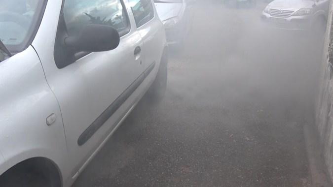 Si votre moteur fait un bruit de claquement avec une épaisse fumée blanche