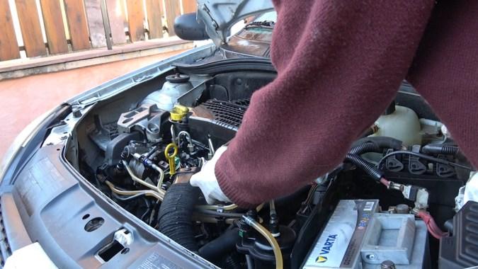 Pulvérisez du nettoyant frein à l'entrée du boîtier de filtre à air pendant 1 seconde