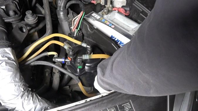 Reposez la vis de purge et amorcez le circuit basse pression en actionnant la pompe d'amorçage
