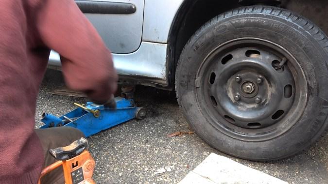 Reposez la roue au sol