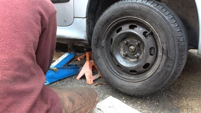 Déposez à nouveau la roue pour reposer l'arrêtoir de l'écrou et sa goupille