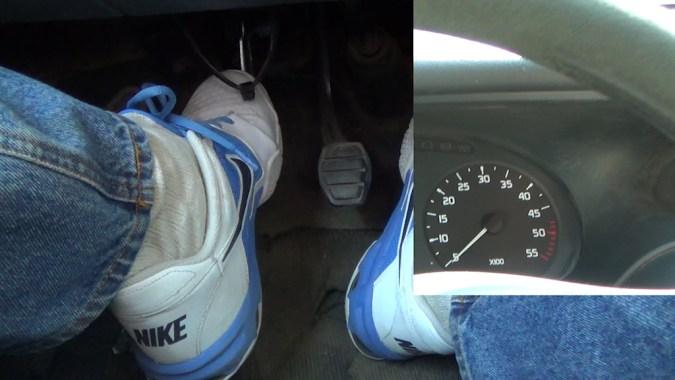 La voiture doit caler. Si la voiture ne cale pas, l'embrayage est usé