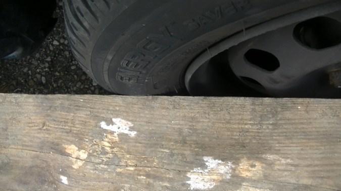 3ième point de contact : règle en appui sur l'arrière de la roue avant