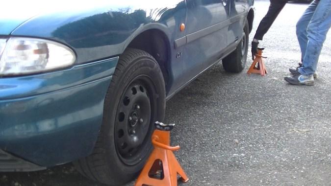 Placez les chandelles sur les roues côté conducteur