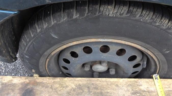 Les deux mesures sont égales, donc la règle est maintenant parallèle à la roue arrière