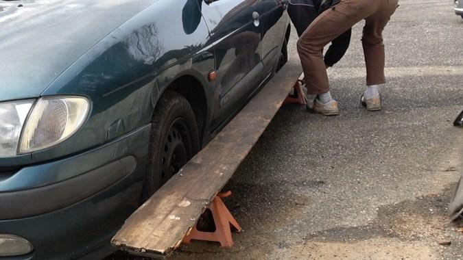 Posez les 2 chandelles de l'autre côté du véhicule puis mettez la règle en appui sur la roue arrière puis sur la roue avant