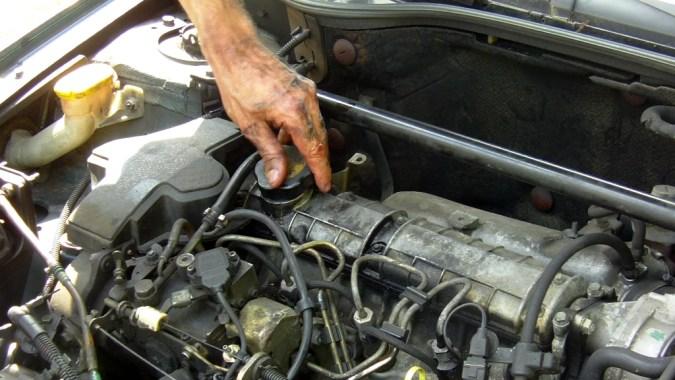 Reposez le bouchon de remplissage d'huile moteur
