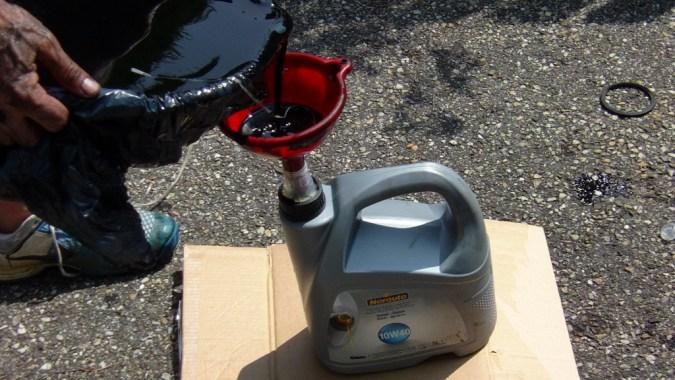 Versez l'huile usagée dans le bidon vide et portez le bidon à une déchetterie